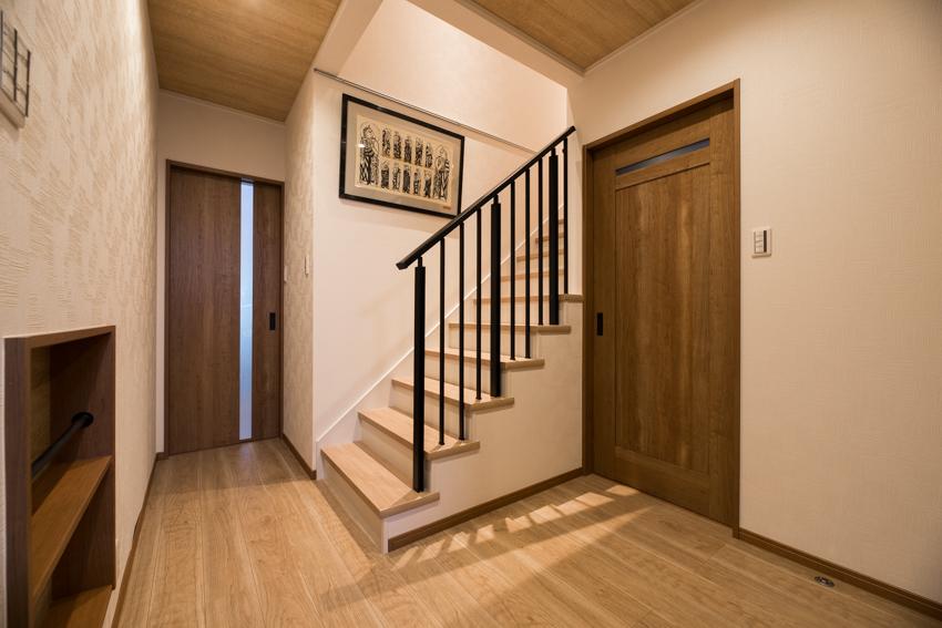 玄関を入ってすぐの階段。ロフトへ続いている/注文住宅実例