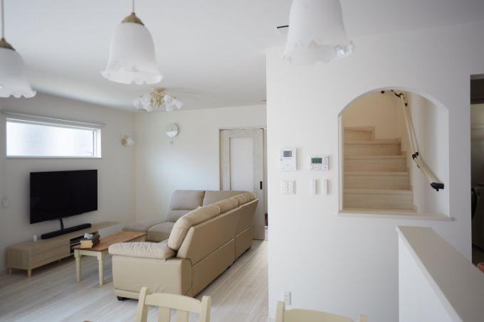 白を基調としたプロヴァンステイストの明るいLDK/注文住宅実例