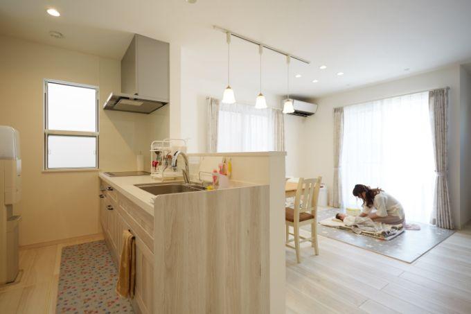 木目調が明るい印象のペニンシュラ型キッチン/注文住宅実例