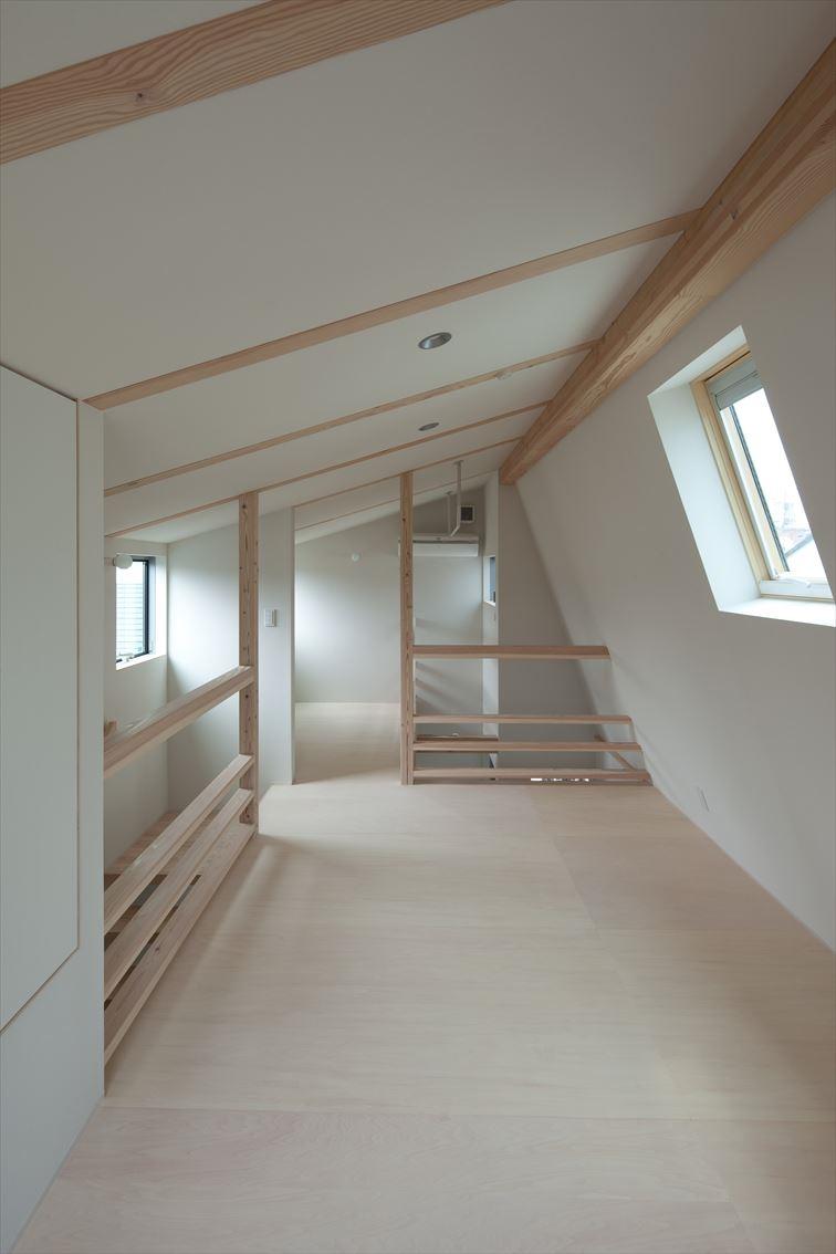 勾配天井に設けられた窓から明るい光が差し込む
