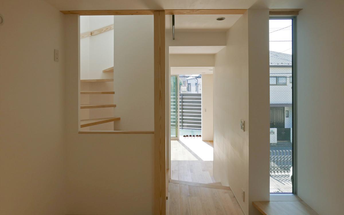 1階の主寝室から玄関まで見通せる