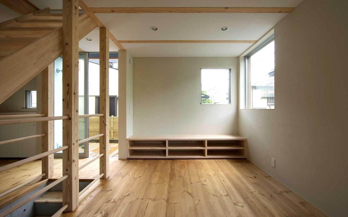 無垢材の床や造作の家具で統一感のあるリビング