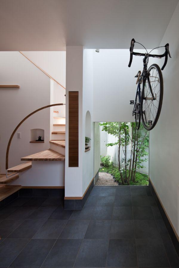 玄関の土間に自転車を壁掛けにした注文住宅