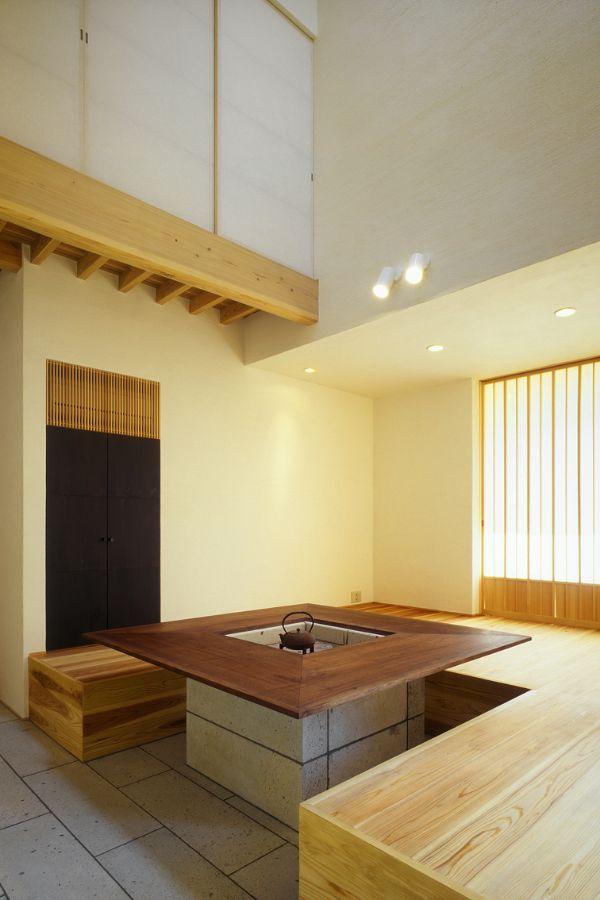 まるで料理店のような、ダイニングテーブルが置かれた土間のある注文住宅実例