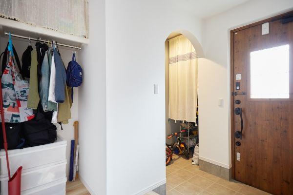 玄関ドアの横に収納スペースを設けた土間