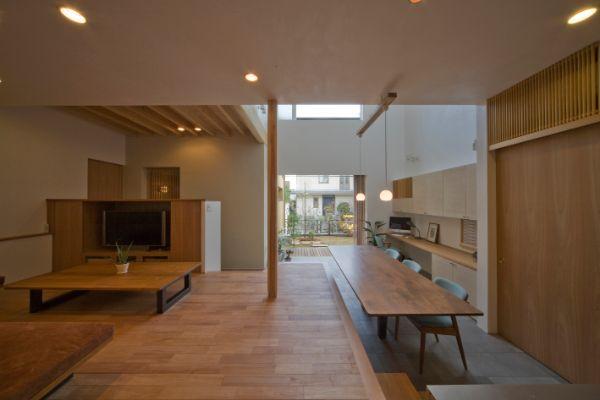 土間にテーブルを置き、カフェのような雰囲気の注文住宅実例