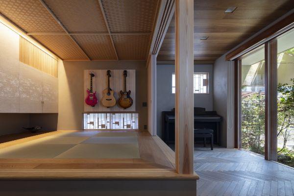 土間から続く小上がりの畳スペースにかけられた3本のギター