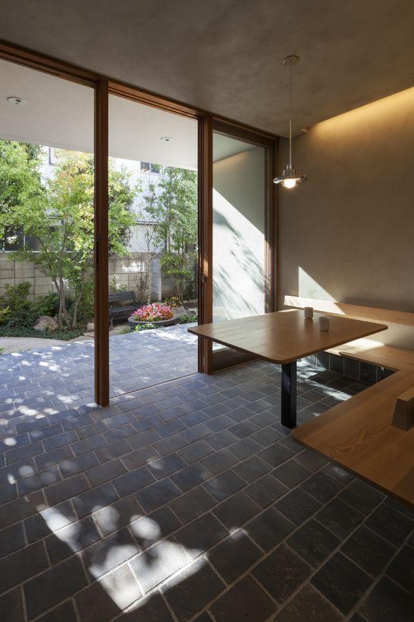 ベンチとテーブルが置かれた土間のある注文住宅実例