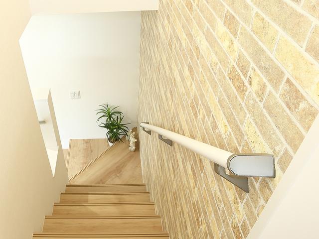 手すりのついた階段の写真