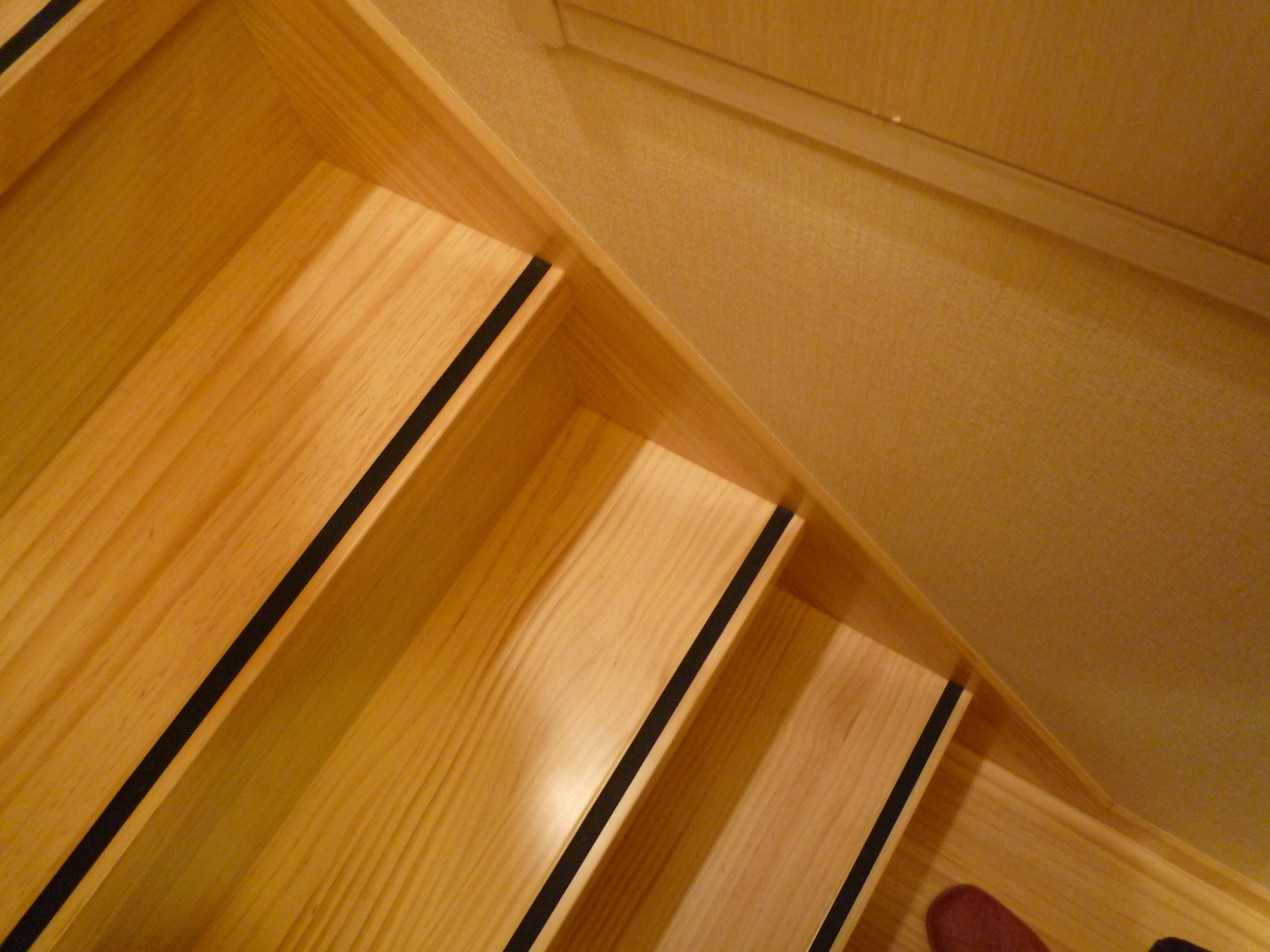 滑り止めのついた階段の写真