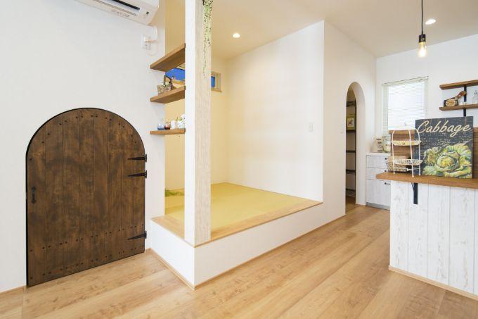 収納スペースの入口を小さなアーチ扉にしてやわらかな雰囲気に/注文住宅実例