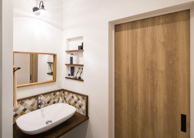 木とタイルがナチュラルな洗面スペース/注文住宅実例