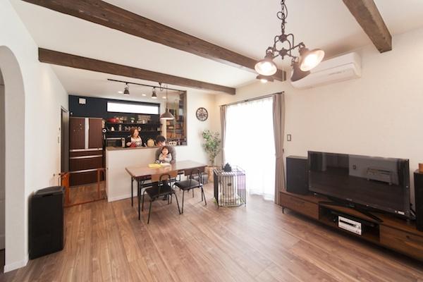 高い天井と見せ梁で開放感のあるリビング/注文住宅実例