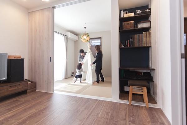 来客時は引き戸で隠すことができる書斎コーナー/注文住宅実例