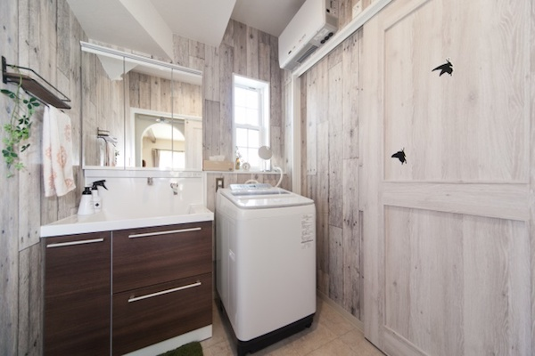 白い木目調がナチュラルな印象の洗面室/注文住宅実例