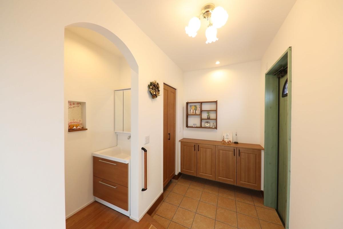 アール型のエントランスや広めの土間のある玄関/注文住宅実例