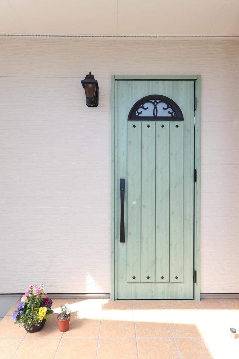 カフェ風のおしゃれなグリーンのドア/注文住宅実例