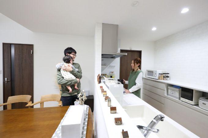 置物でかわいらしく仕上げた広々としているキッチン/注文住宅実例