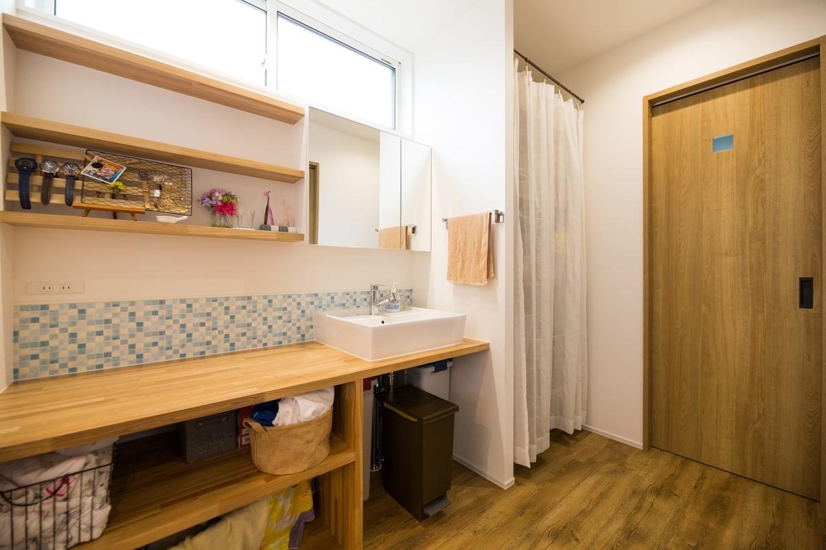 タイル調の壁紙がアクセントの洗面所/注文住宅実例