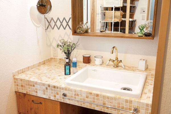 モザイクタイルが印象的な洗面台/注文住宅実例