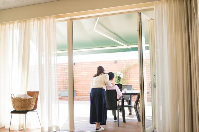 掃き出し窓を通じてリビングとテラスが一続きになっている家