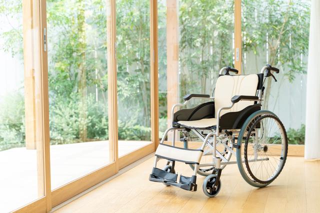 掃き出し窓と車椅子の写真