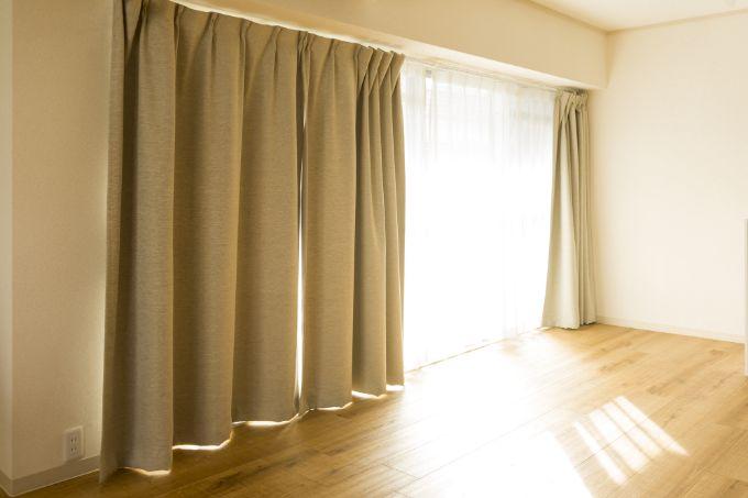 掃き出し窓とカーテンの写真