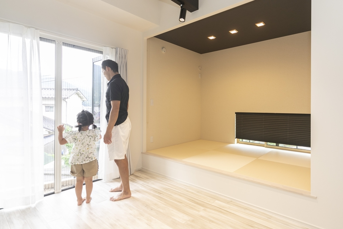 小上がりの畳コーナーと大きな窓/注文住宅実例