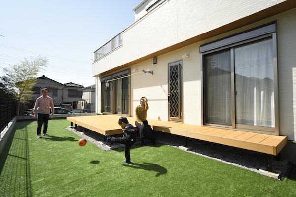 ウッドデッキのある広々とした庭/注文住宅実例