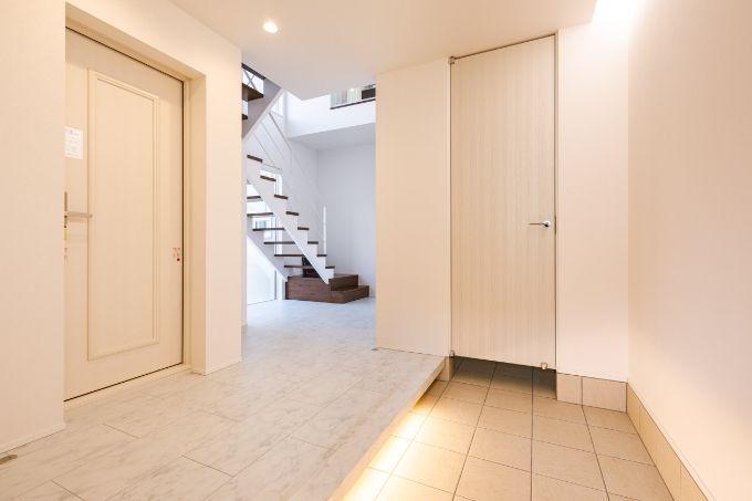 二世帯が共用で使えるよう広く開放感のある玄関ホール/注文住宅実例