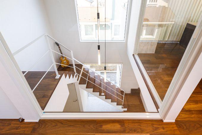 2階の子世帯のLDKと階段ホールの間をガラスにして開放感をプラスした/注文住宅実例