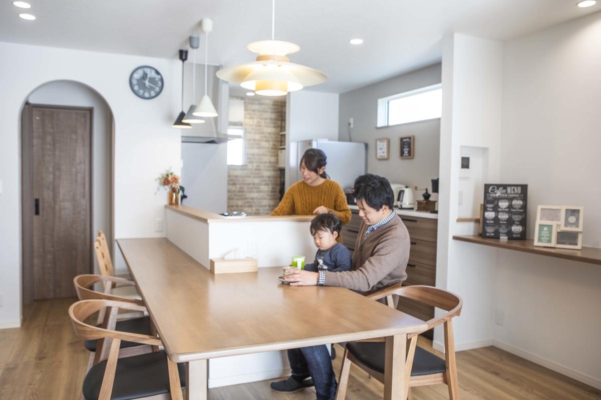 テーブルと一体になっているキッチン/注文住宅実例