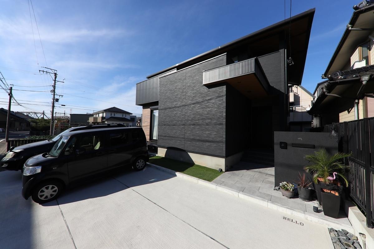 黒でシックにまとめられた外観/注文住宅実例