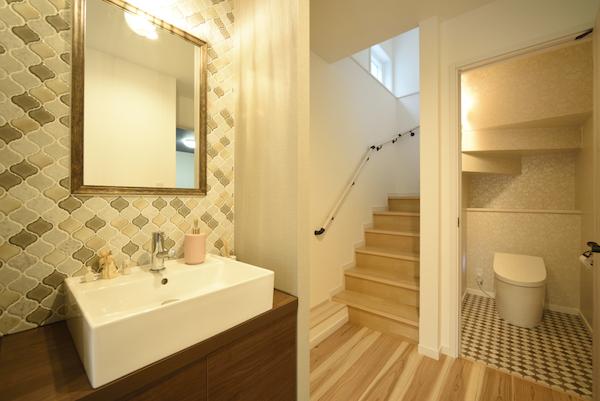 タイルや鏡にこだわった地下の洗面台/注文住宅実例