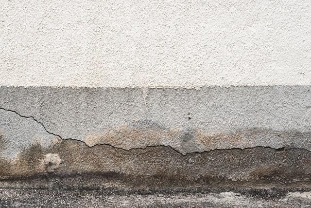 変色したコンクリートの写真