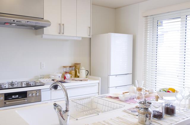 大きな冷蔵庫を設置したキッチンの写真