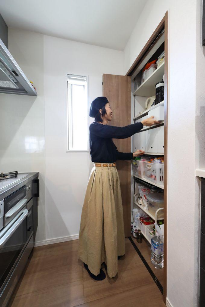 キッチン背面に設置したパントリー/注文住宅実例