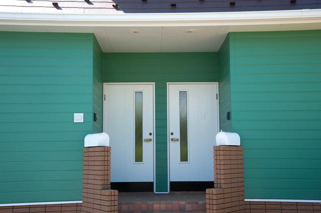 玄関ドアがふたつ並ぶ完全分離の二世帯住宅の写真
