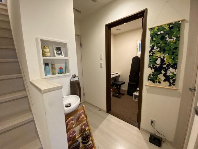 防音室と玄関の手洗い場/注文住宅実例