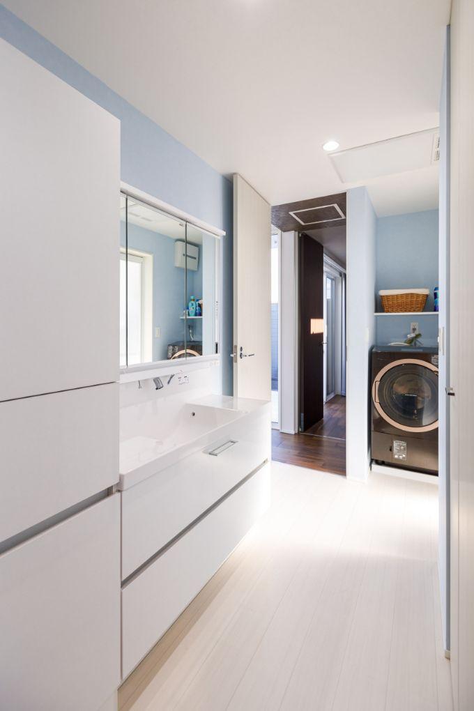 出入り口が2つあり回遊ができる洗面室/注文住宅実例