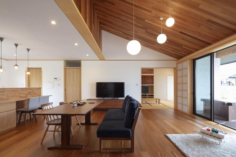 片流れの勾配天井を設けた注文住宅実例