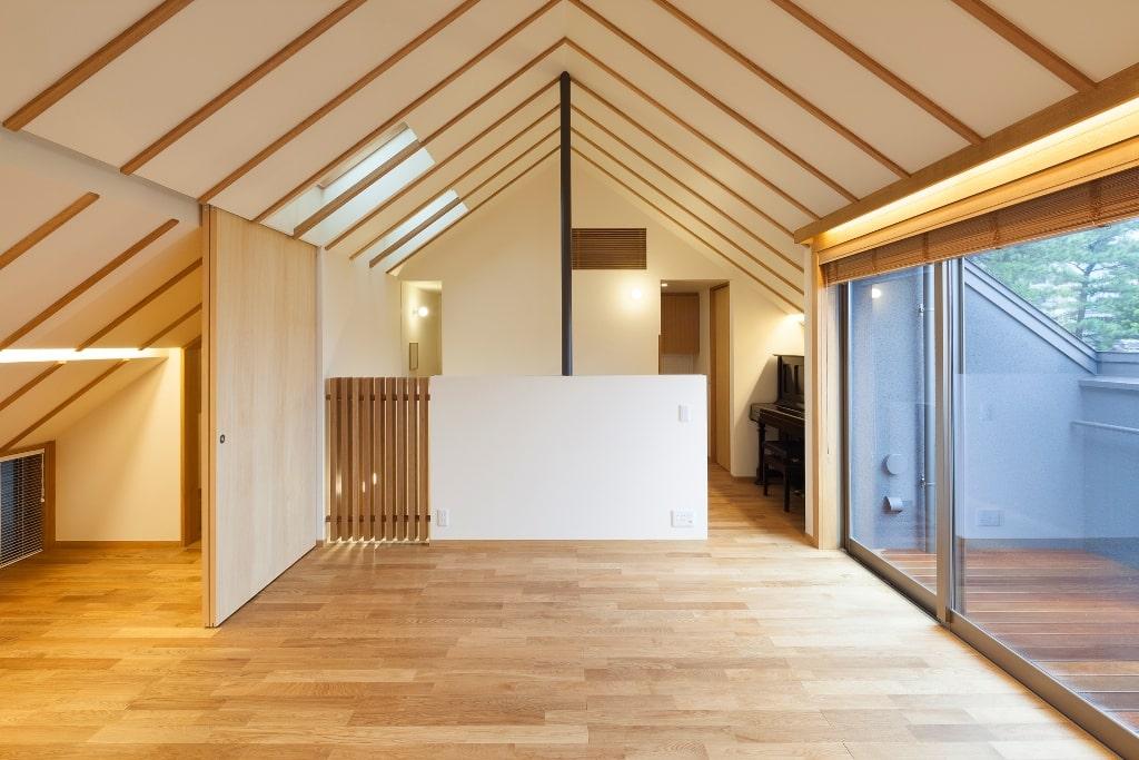 三角屋根の勾配天井を設けた注文住宅実例
