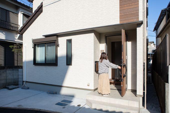 親世帯が使用する玄関/注文住宅実例
