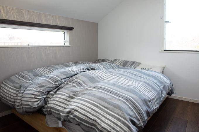 横長の窓が特徴的な寝室/注文住宅実例