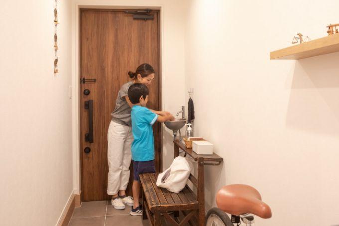 玄関に設置された手洗い場/注文住宅実例