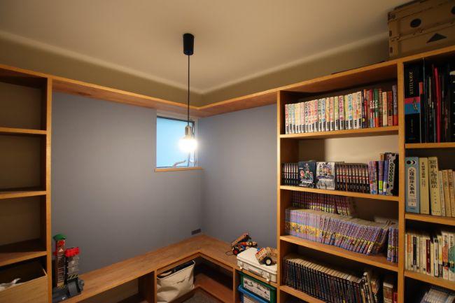 本棚を造作することで読書空間として活用できるヌック