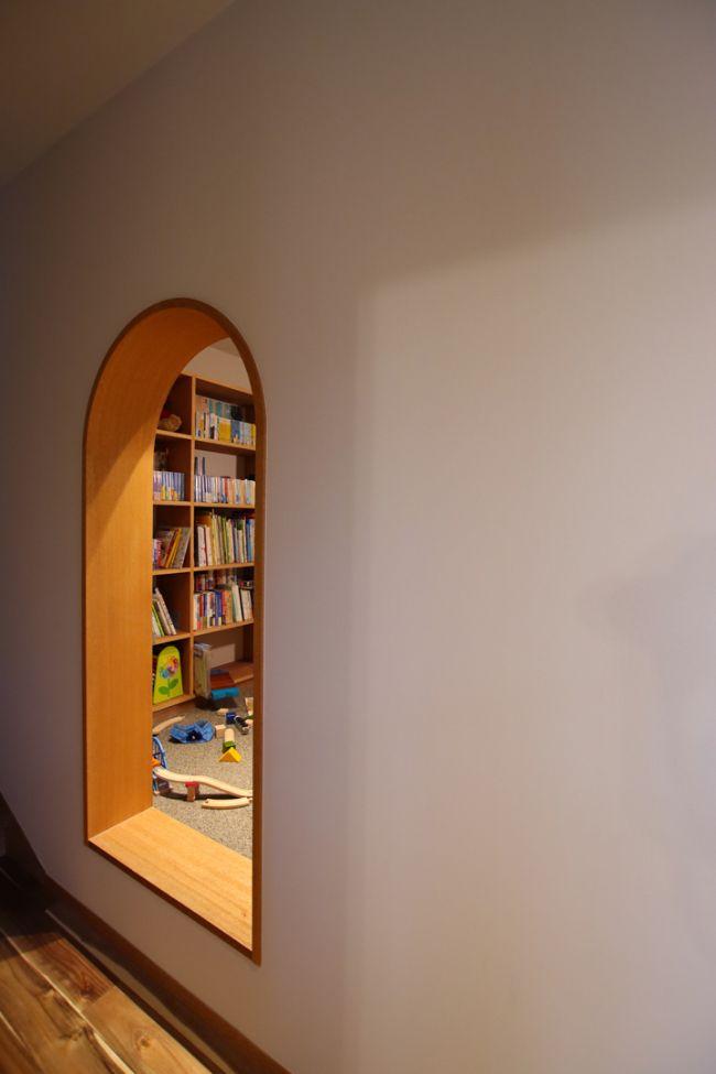 シンプルな白い壁にくり抜かれたヌックの入り口はまるで洞穴のようなおこもり空間に