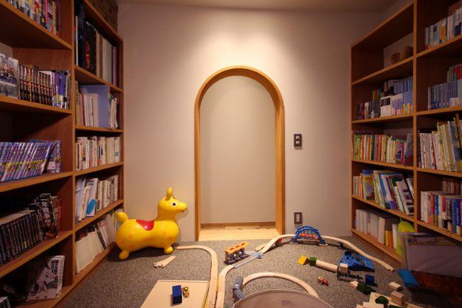 両側に本棚が設けられた実用性抜群のヌックの実例