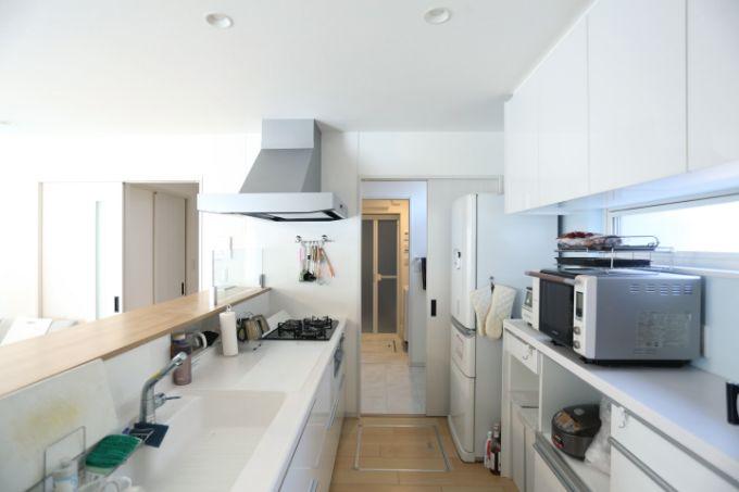 洗面室と一直線のキッチン/注文住宅実例
