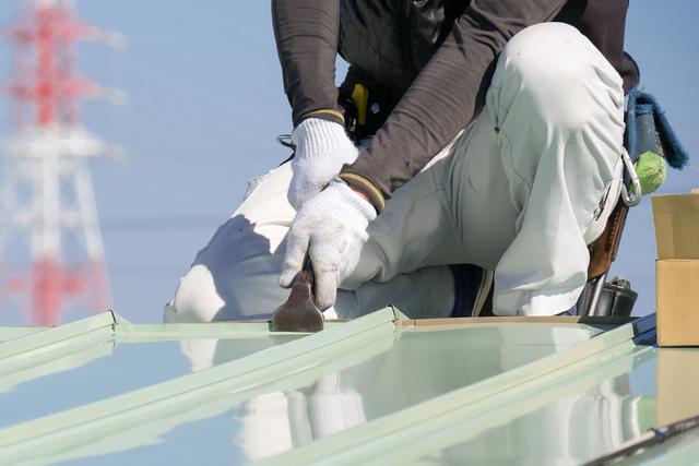 ガルバリウム鋼板を加工する板金職人